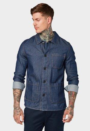 MIT TASCHEN - Shirt - rinsed blue denim