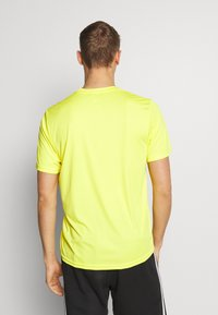 The North Face - MEN'S REAXION AMP CREW - Basic T-shirt - lemon - 2
