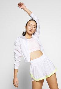 Puma - BE BOLD SHORT - Pantalón corto de deporte - white - 3