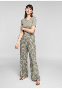 s.Oliver - Trousers - summer khaki aop - 1