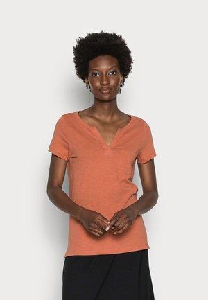Camiseta básica - burnt coral