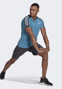 adidas Performance - OWN THE RUN 3-STRIPES RUNNING T-SHIRT - T-shirt med print - blue - 1
