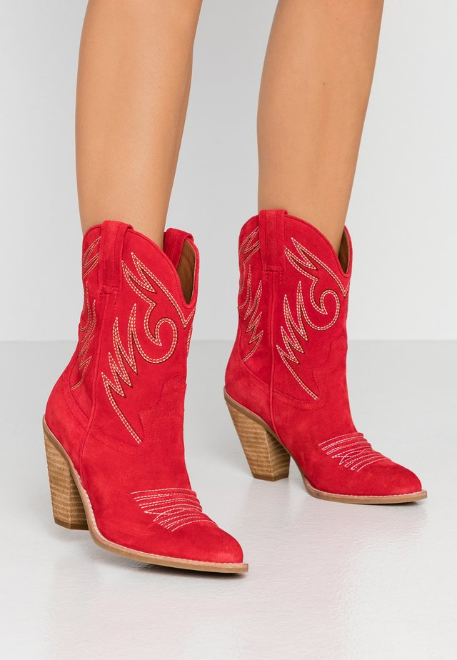 AUDIE - High heeled ankle boots - red