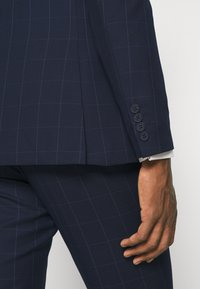 Isaac Dewhirst - THE FASHION SUIT PEAK WINDOW CHECK - Suit - dark blue - 12