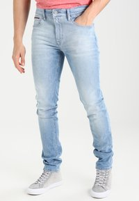 Tommy Jeans - SLIM TAPERED STEVE BELB - Jeans slim fit - berry light blue - 0