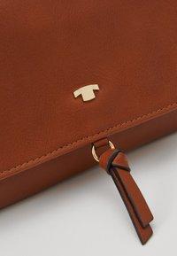TOM TAILOR - LUNA - Across body bag - cognac - 6