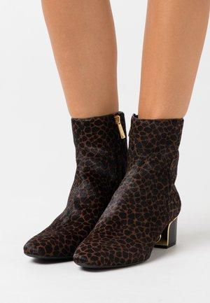 LANA MID BOOTIE - Kotníkové boty - lugg/black