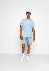 Nike Sportswear - REPEAT TEE - T-shirt med print - psychic blue/black - 1