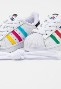 adidas Originals - SUPERSTAR SPORTS INSPIRED SHOES UNISEX - Baby shoes - footwear white/green/core black - 5