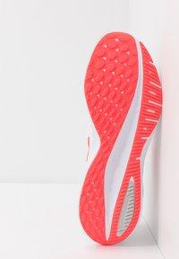 Nike Performance - AIR ZOOM VOMERO 14 - Obuwie do biegania treningowe - white/laser crimson/grey fog/track red - 4