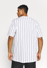 Karl Kani - SIGNATURE PINSTRIPE TEE - Print T-shirt - white/black/red - 2