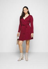 Vero Moda Curve - VMKARISARA WRAP DRESS - Pletené šaty - cabernet - 1