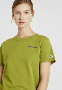 Champion Reverse Weave - SMAL SCRIPT CREWNECK  - Print T-shirt - khaki - 4