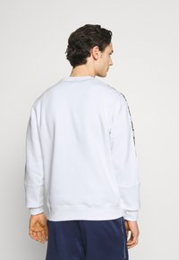 Nike Sportswear - REPEAT CREW - Sweatshirt - white/black - 2