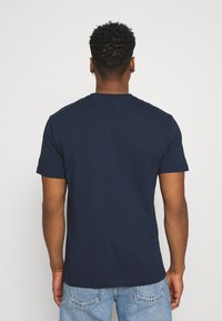 Tommy Jeans - TIMELESS BOX TEE UNISEX - T-shirt med print - twilight navy - 2