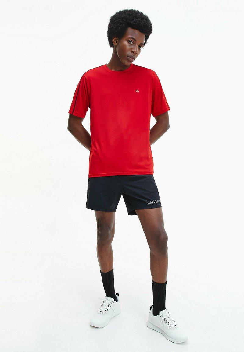 Calvin Klein Performance - T-shirt print - barbados cherry/ ck black
