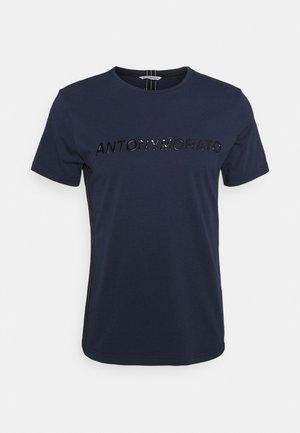 SHINING FOAM LOGO - Print T-shirt - indaco