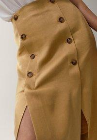 Massimo Dutti - MIT SCHLITZEN UND KNÖPFEN - A-line skirt - gold - 5