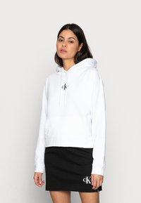 Calvin Klein Jeans - CROPPED MONOGRAM HOODIE - Sweatshirt - white - 0