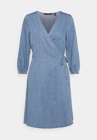 Vero Moda Tall - VMHENNA WRAP SHORT DRESS - Denimové šaty - light blue denim - 4