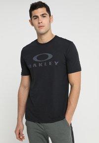 Oakley - BARK - T-Shirt print - blackout - 0