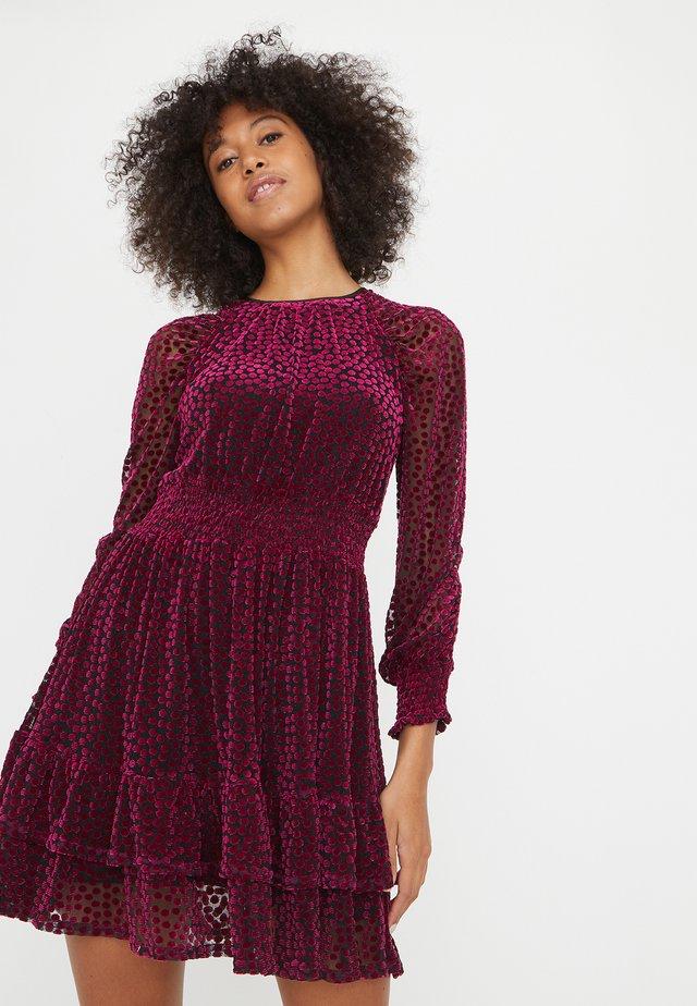 FLOCKED SPOT  - Korte jurk - pink