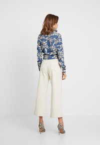 Missguided - PURPOSEFUL FLORAL WRAP OVER TIE FRONT - Blouse - blue - 2