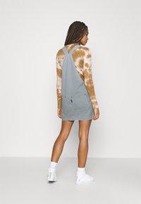 Kickers Classics - PINAFORE DRESS - Robe en jean - blue - 2