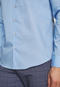 Calvin Klein Tailored - STRETCH - Formal shirt - light blue - 4