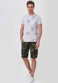INDICODE JEANS - BLIXT - Shorts - mottled dark green - 1