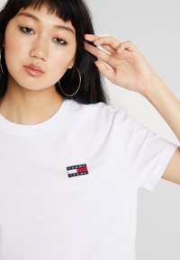 Tommy Jeans - BADGE TEE - T-shirt - bas - classic white - 4