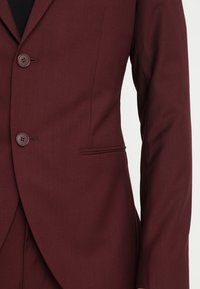 Isaac Dewhirst - FASHION SUIT - Traje - bordeaux - 6