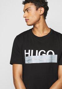 HUGO - DICAGOLINO - Triko spotiskem - black - 3