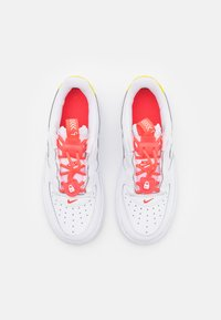 Nike Sportswear - FORCE 1 TOGGLE UNISEX - Trainers - white/bright crimson/high voltage - 3