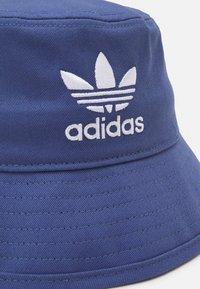 adidas Originals - BUCKET HAT UNISEX - Hat - crew blue/white - 2