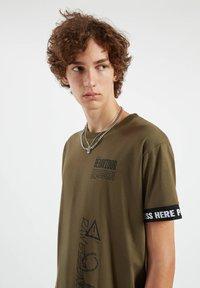 PULL&BEAR - Print T-shirt - dark green - 3