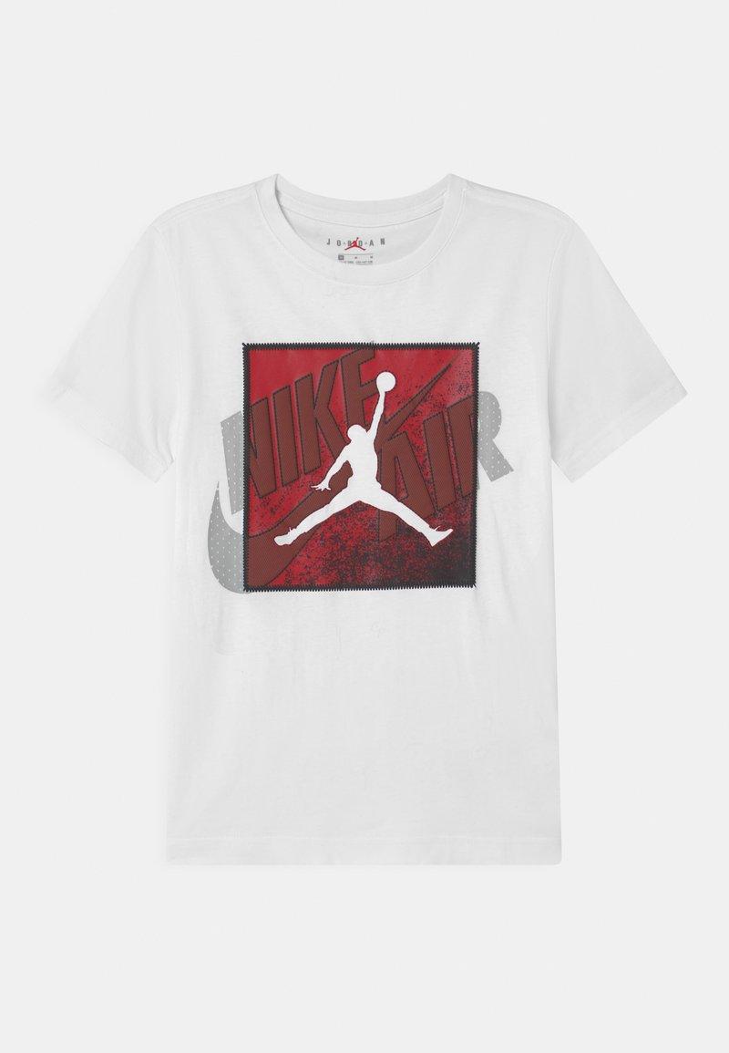 Jordan - PATCH OVER - T-shirt z nadrukiem - white