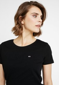 Tommy Jeans - SOFT TEE - T-shirts - black - 4
