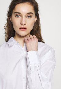 Gestuz - IBBY OVERSIZES - Košile - bright white - 3