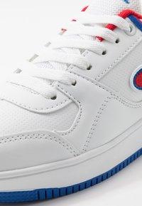 Champion - LOW CUT SHOE REBOUND UNISEX - Basketballschuh - white/red - 2