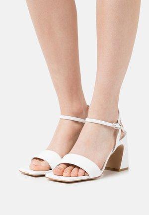 Sandaalit nilkkaremmillä - blanc