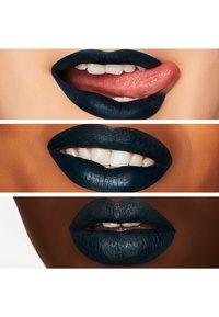 MAC - RETRO MATTE LIQUID LIP COLOUR - Liquid lipstick - young attitude - 2