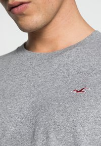 Hollister Co. - 5 PACK CREW  - Camiseta estampada - white/grey/red/navy texture/black - 8