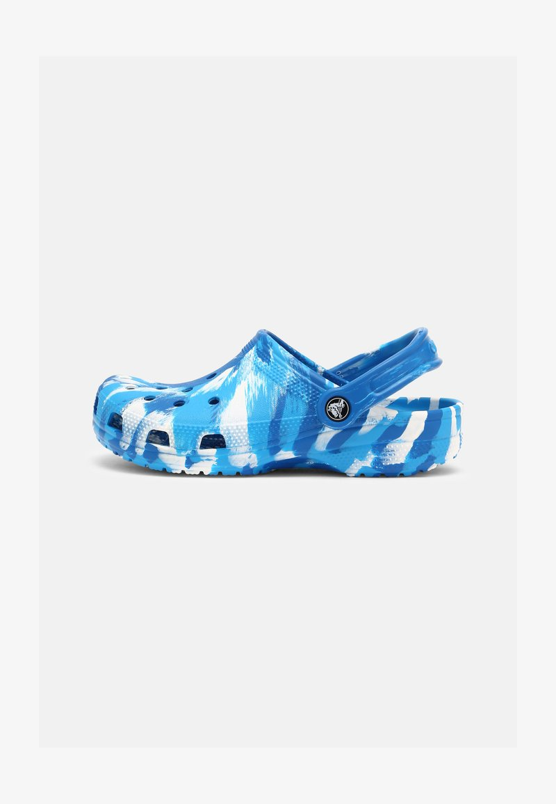 Crocs - CLASSIC MARBLED UNISEX - Zuecos - bright cobalt/white