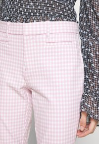 GAP Petite - ANKLE BISTRETCH  - Kalhoty - pink gingham - 4