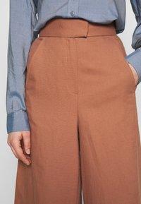 IVY & OAK - SUPER FLARED PANTS MAXI - Spodnie materiałowe - rose tan - 5
