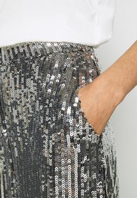 NA-KD - FLOWY PANTS - Pantalon classique - silver - 5