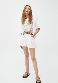 PULL&BEAR - MIT RUNDAUSSCHNITT - Print T-shirt - white - 1