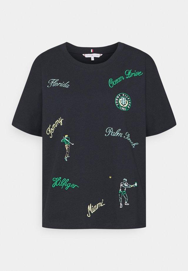 RELAXED OPEN TEE - T-shirt z nadrukiem - club house conversational