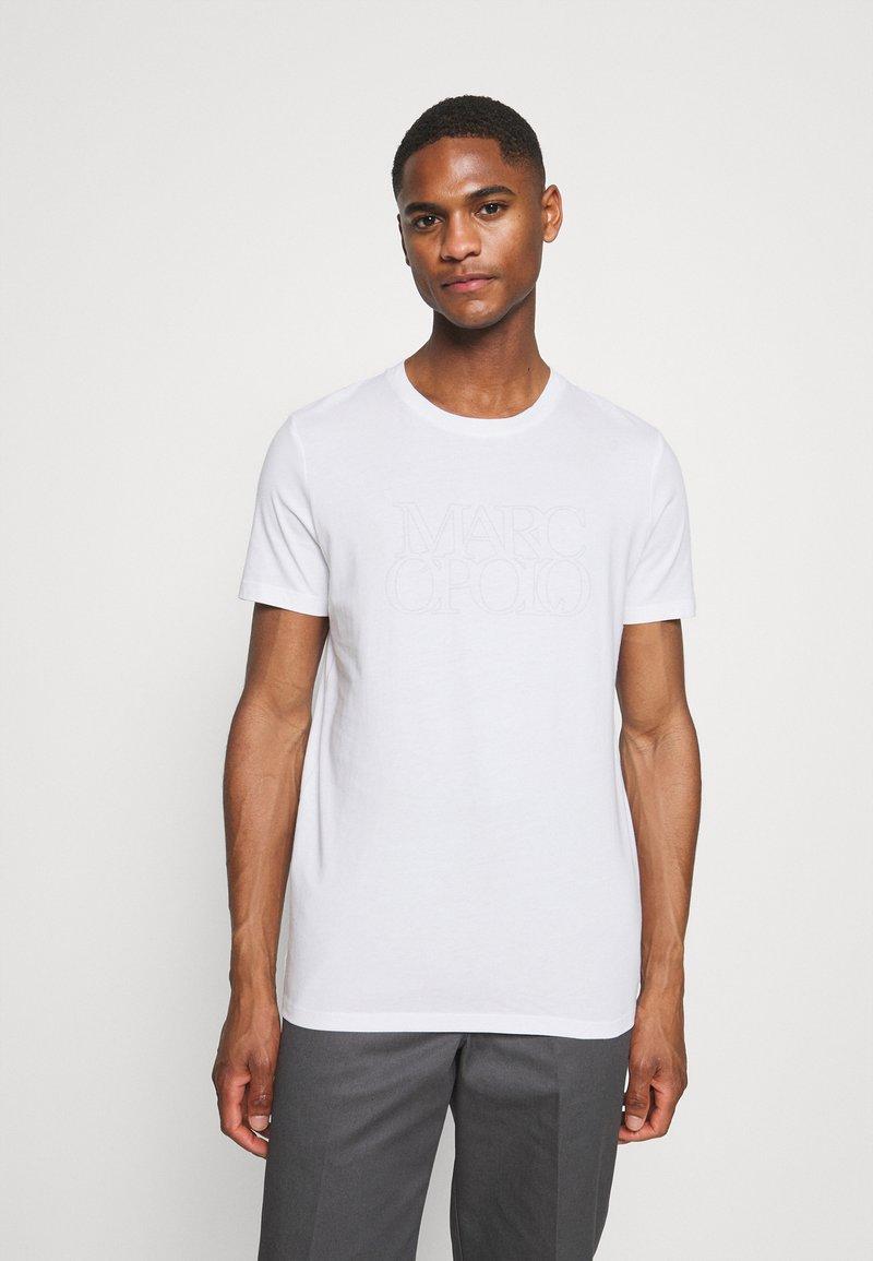 Marc O'Polo - SHORT SLEEVE CREW NECK ARTWORK ON CHEST - Print T-shirt - white